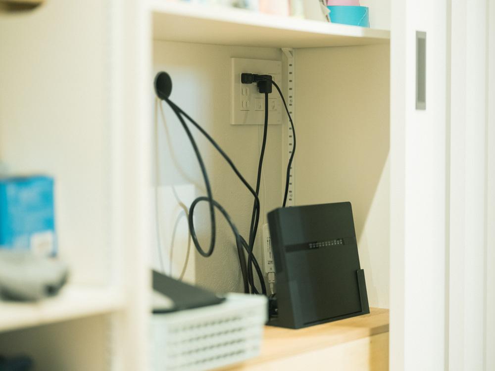テレビ背面の壁面収納内にAV機器