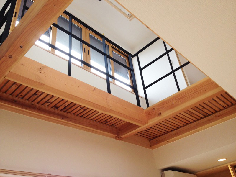 キャットウォーク、吹き抜け廊下部分は木製スノコで制作。