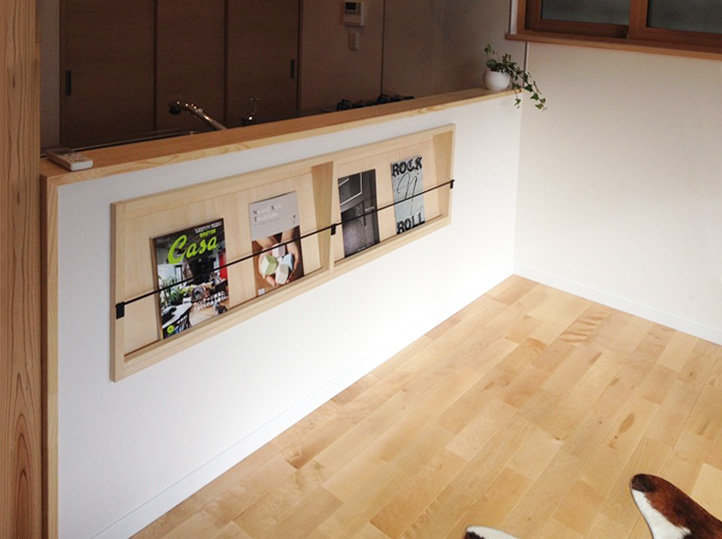 キッチン腰壁背面には、ブックスタンドを制作。