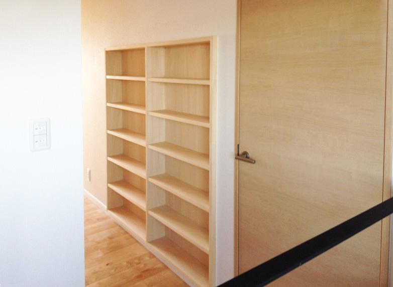まんがが好きなご主人ように、2階廊下にも本棚を設置。