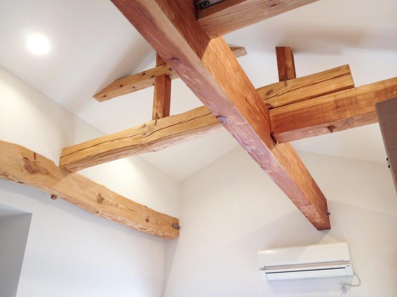 以前より、少し狭くなった寝室は勾配天井にして広さを演出。
